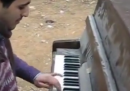 L'esibizione improvvisata al piano in un campo profughi palestinese a Damasco - video