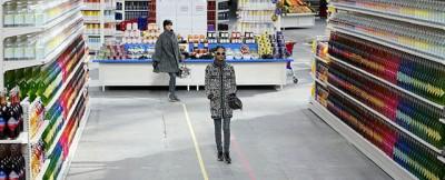 La sfilata nel finto supermercato Chanel – foto