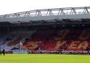 """I tifosi del Liverpool cantano """"You'll never walk alone"""" nell'anniversario della strage di Hillsborough"""