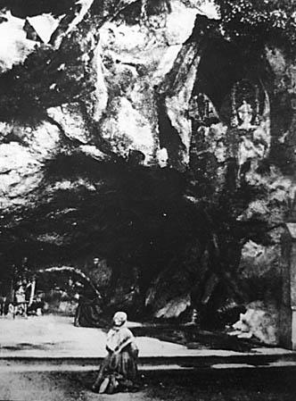 Bernadette davanti alla grotta (ma è passato qualche anno).