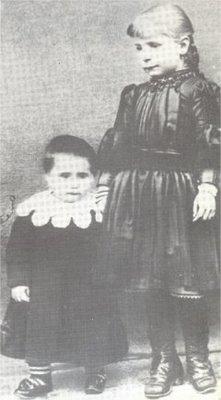 Gemma con la sorella Angiolina che da piccola la picchiava e che dopo il processo di canonizzazione campava smerciando reliquie della sorella.