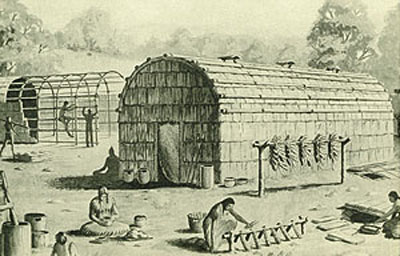 """Le """"longhouse"""" irochesi, condomini plurifamigliari (anche la Conferazione delle Sei Nazioni era concepita come una longhouse; i mohawk guardavano la porta orientale)."""