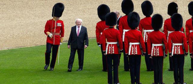 Le foto della storica visita del presidente irlandese a for Le due camere del parlamento