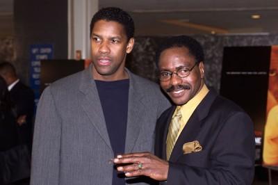 """Carter rimase in carcere ancora per molti anni. Qui è con Denzel Washington, che lo interpreta nel film del '99 che si chiama, non sorprendentemente, """"Hurricane""""."""