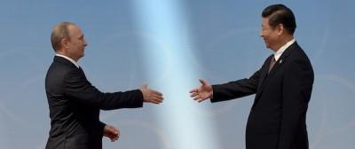 Le ipnotiche strette di mano di Xi Jinping
