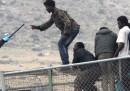 Le foto delle centinaia di migranti che cercano di scavalcare la frontiera di Melilla