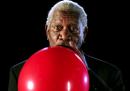 Morgan Freeman parla dopo aver aspirato elio