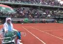 Il video di Djokovic sotto la pioggia con un raccattapalle