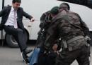 Un collaboratore di Erdoğan ha preso a calci un manifestante