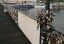 Una ringhiera del Pont Des Arts di Parigi è crollata per i troppi lucchetti