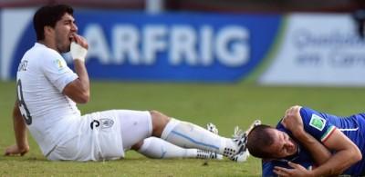 Il morso di Suarez a Chiellini in Italia-Uruguay