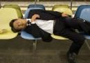 La campagna pubblicitaria contro gli ubriachi che si addormentano per strada, a Tokyo