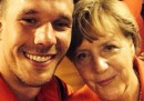 Il selfie di Lukas Podolski con Angela Merkel