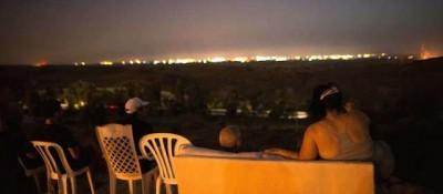 Gli israeliani che guardano i bombardamenti su Gaza, da un divano