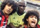Il selfie di due tifosi con Mario Balotelli durante una partita