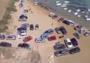 Le auto parcheggiate in riva al mare a Realmonte