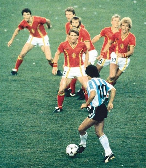 La famosa foto di Maradona solo contro sei - Il Post