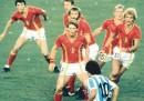 La famosa foto di Maradona, solo contro sei