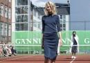 Una sfilata di moda in un campo da tennis – foto