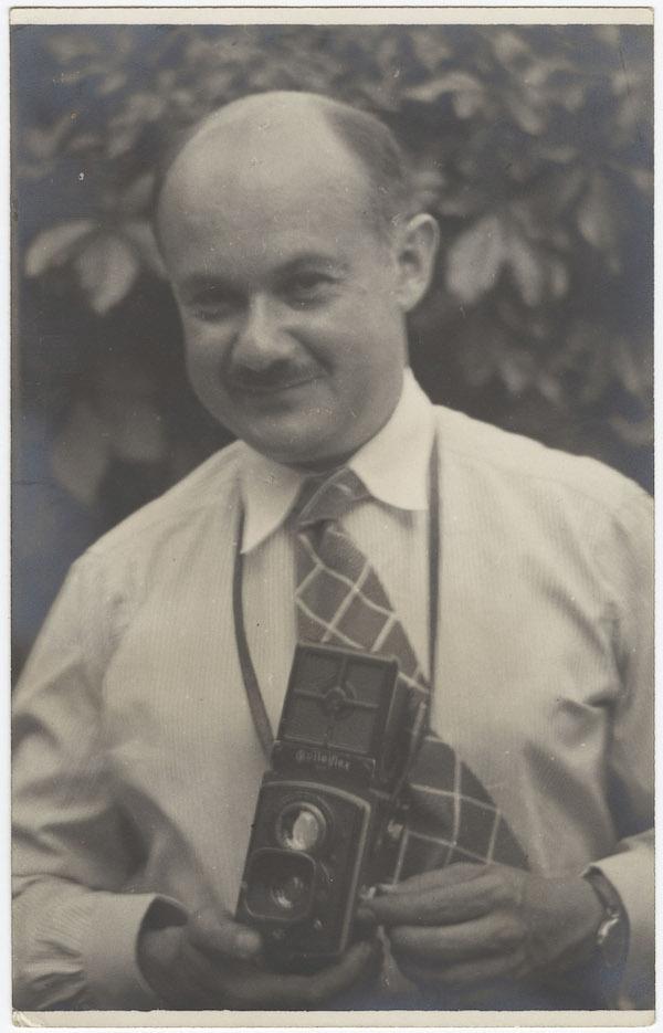 Roman Vishniac con la sua Rolleiflex, fotografato tra il 1935-1938 da un fotografo non identificato.