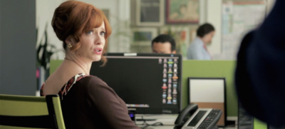 Joan Harris di Mad Men in un ufficio del 2014 – video