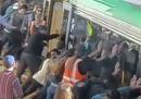 Il treno spostato dai viaggiatori a Perth, per liberare un uomo – video