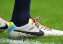La campagna contro l'omofobia nel calcio del Regno Unito, coi lacci delle scarpe