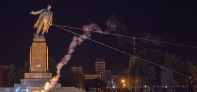 La grande statua di Lenin abbattuta a Kharkiv