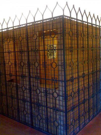 La sua gabbia a Osimo. Neanche un trespolo.