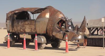 """La coda per l'accettazione dei """"veicoli mutanti"""" a Burning Man"""
