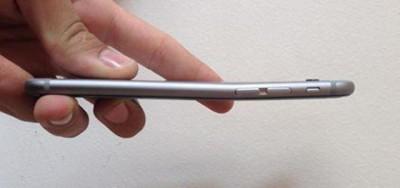 La storia degli iPhone che si piegano