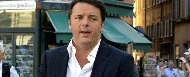 Matteo Renzi a piedi a Palazzo Chigi dopo l'audizione al copasir
