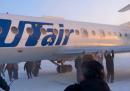 Il video dei passeggeri di un aereo che spingono l'aereo