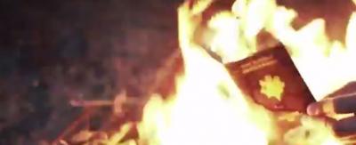 Il nuovo video con i francesi dell'IS che bruciano i passaporti