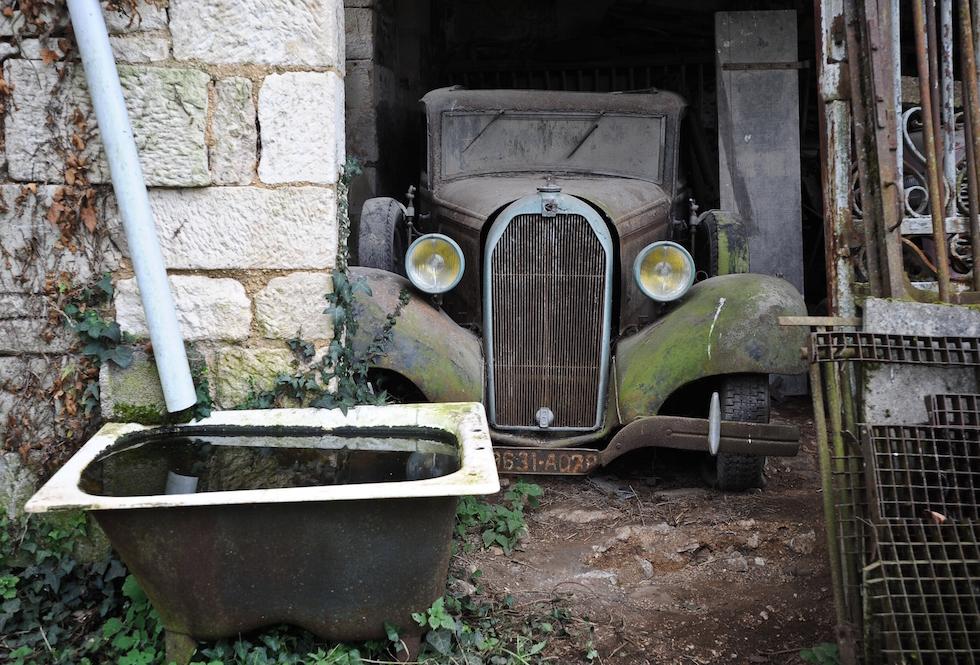 le foto delle auto d 39 epoca ritrovate in francia il post. Black Bedroom Furniture Sets. Home Design Ideas