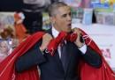Il video di Obama che smista i regali di Natale