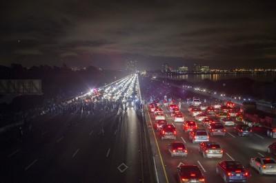 La gran foto dell'autostrada bloccata dai manifestanti a Berkeley