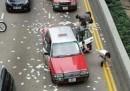 Milioni di dollari rovesciati in strada a Hong Kong