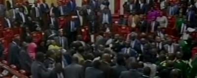 La zuffa al parlamento del Kenya