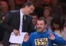 Matteo Salvini fregato dalla felpa (video)