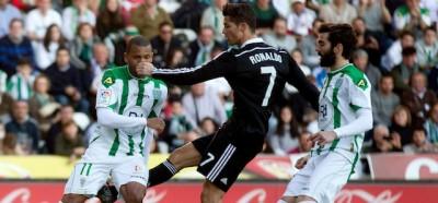 I due calci e il pugno dati da Cristiano Ronaldo durante una partita della Liga