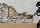 Le figure umane incollate sui muri di Parigi