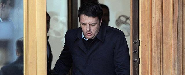 Matteo Renzi esce dal Senato dopo l'incontro con i senatori del PD
