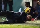 Roberto Mancini cade colpito da una pallonata durante Inter-Genoa
