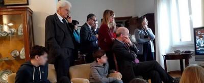 La foto di Mattarella che segue la sua elezione in famiglia