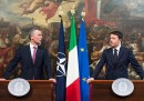 Matteo Renzi scherza sul suo inglese con il segretario generale della NATO