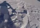 Il video impressionante di uno snowboarder che finisce in mezzo a una valanga di neve, e ne esce illeso