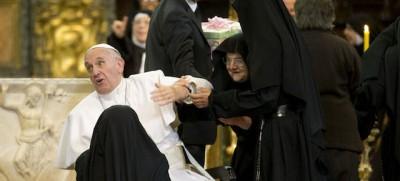 Le foto di Papa Francesco accerchiato dalle suore di clausura, a Napoli