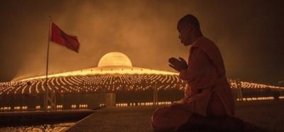 Monaci buddisti e un tempio a forma di UFO