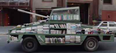 Un carro armato pieno di libri in giro per Buenos Aires